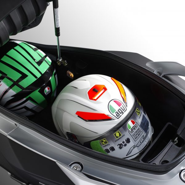 Luggage_box2_helmets_1